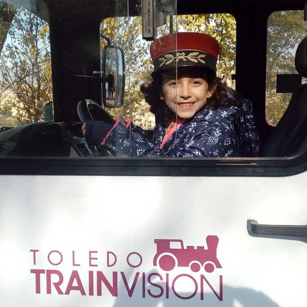 Niño conduciendo tren turistico Toledo